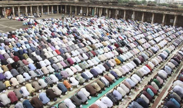 1375464265-muslims-offer-friday-prayer-in-ahmedabad_2328670