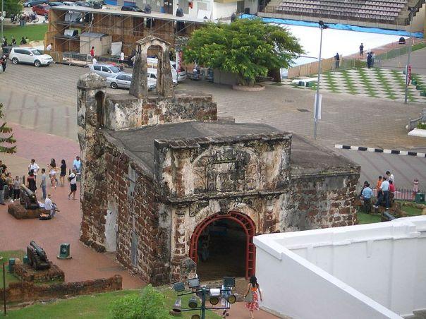 800px-Melaka-Porta-de-Santiago-2Cimg2194